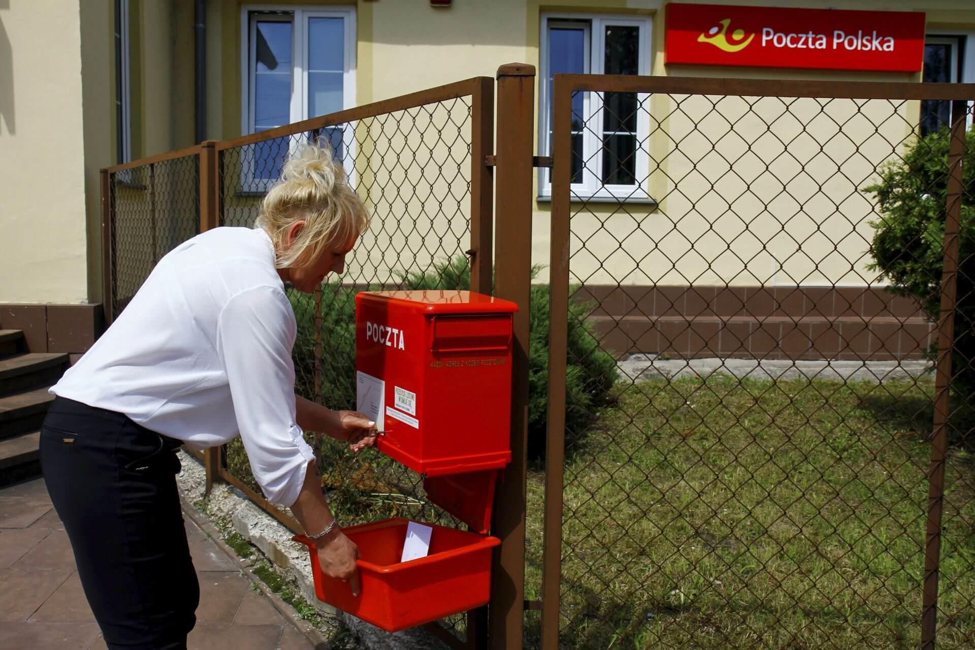 Barbara Słoka podczas wyjmowania listów ze skrzynki