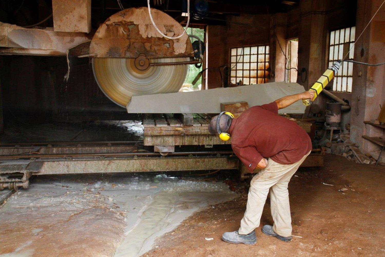 Pracownik firmy Kamex przy cięciu piaskowca