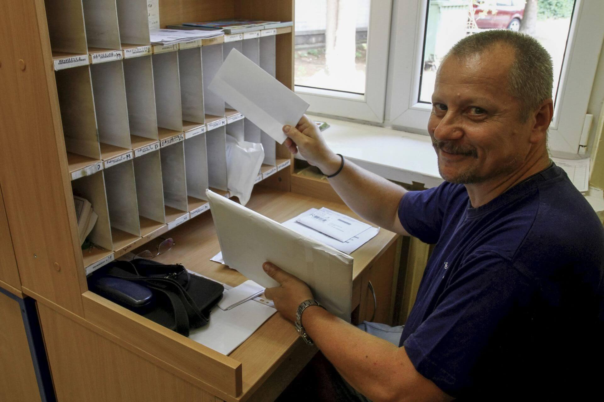 Listonosz Dariusz Klamczyński podczas sortowania listów