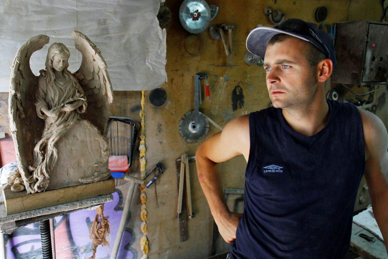 Rzeźbiarz Dawid Szlufik w swojej pracowni