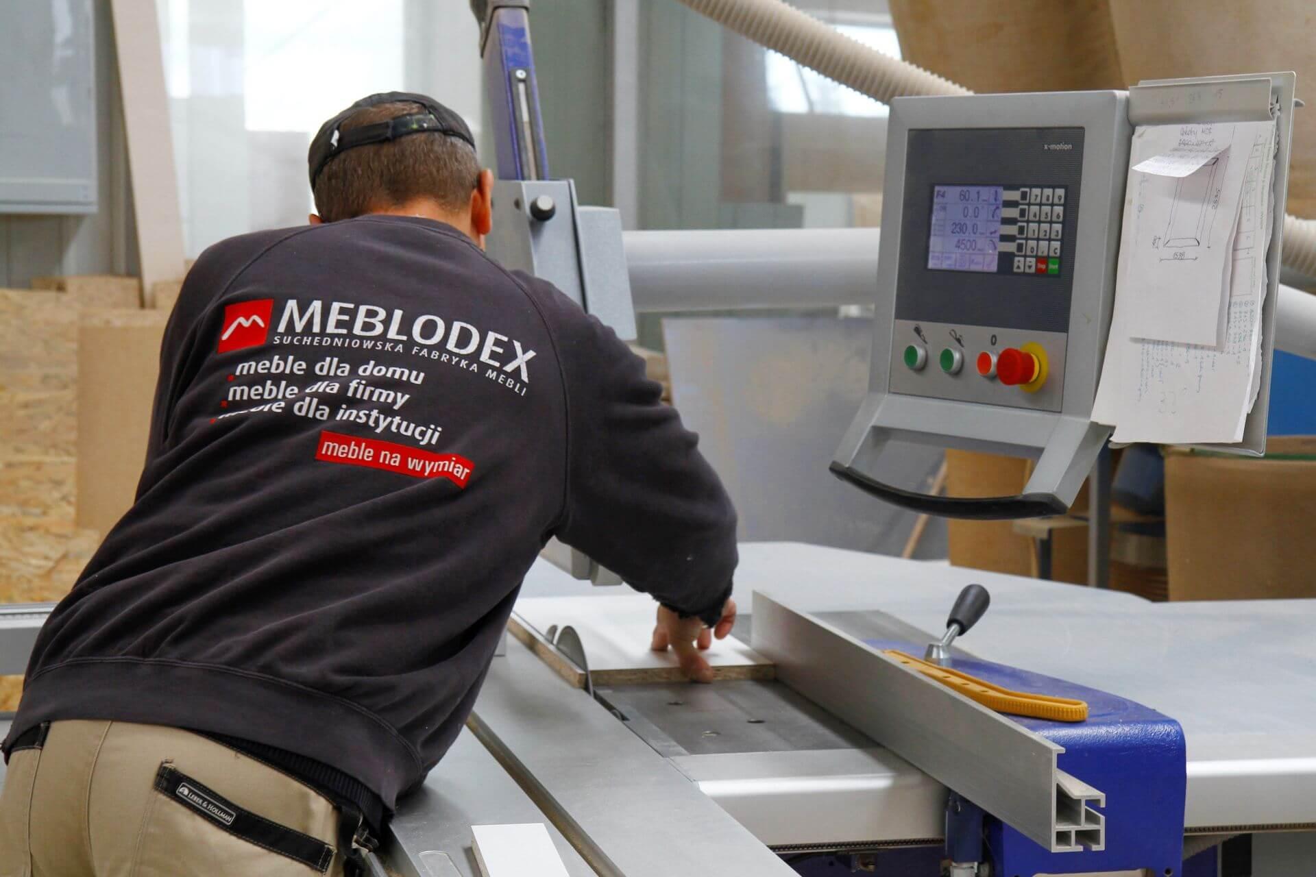 Pracownik firmy Meblox przy produkcji elementów mebli