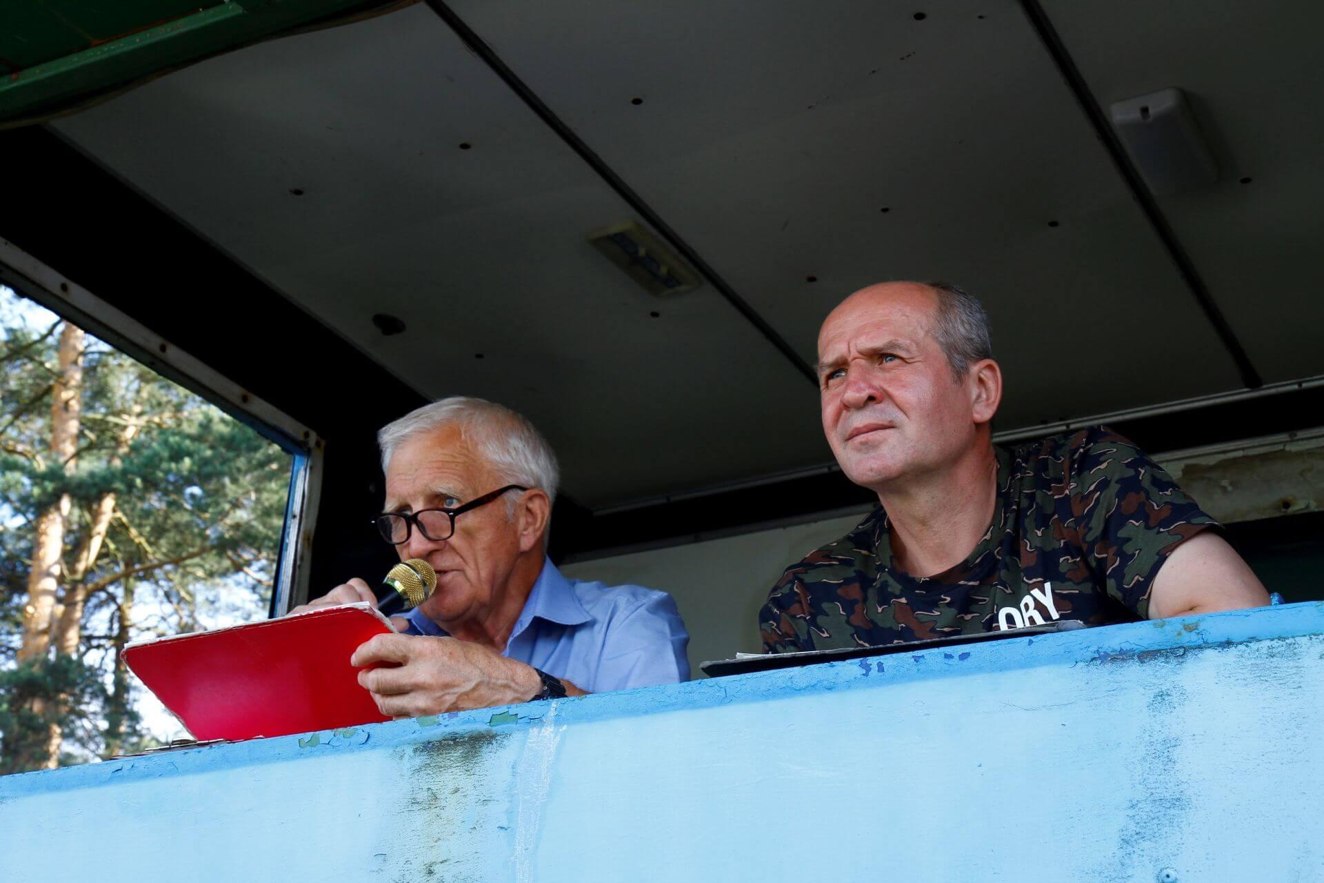 Komentator sportowy Zdzisław Włodarczyk oraz Ireneusz Pytoń (były piłkarz MKS Orlicz) podczas meczu MKS Orlicz Suchedniów – OKS Opatów
